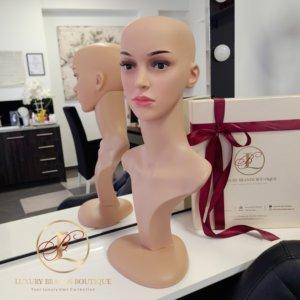 Manekin – Głowa damska małowana długie szyje